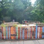 Zaun mit Sitzgelegenheiten